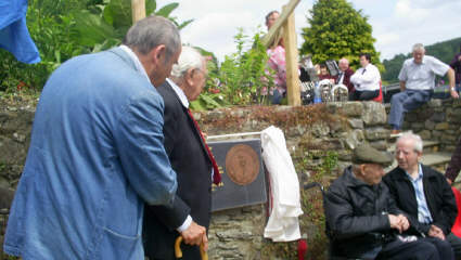 Jack Jones unveiling the plaque